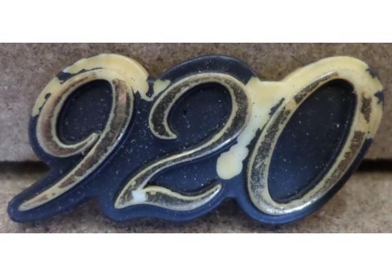 """Embleem """"920"""" (4 x 1,7 cm.) XV 920"""