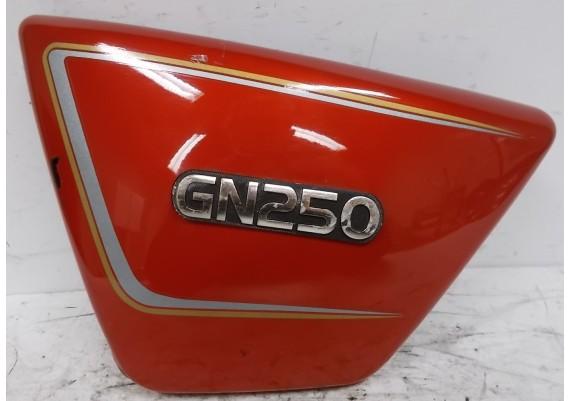 Zijkap links rood (1) 47211-38300 GN 250