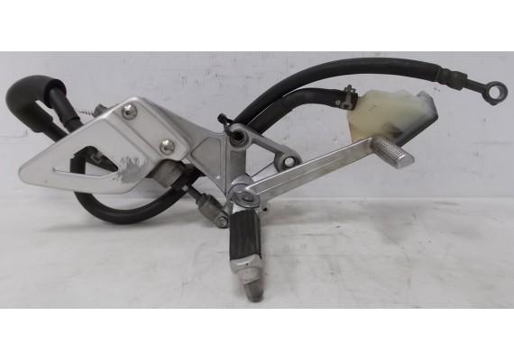 Schetsplaat rechts (1) compleet (schetsplaat, hielplaat, voetsteun, rempomp, rempedaal, remvloeistofpotje en slangen SV 650 N/S